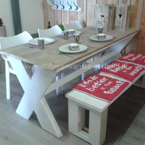 Tafel met steigerhouten kruispoot, gemaakt van steigerhout