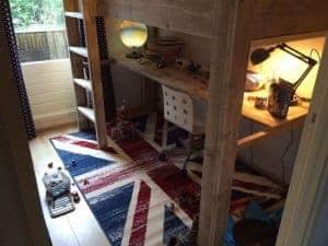 Hoogslaper of halfhoogslaper van steigerhout gemaakt door een vrouw van meubelen van steigerhout