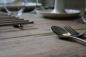 Mooie tafel van gebruikte dikke steigerdelen te koop bij meubelen van steigerhout