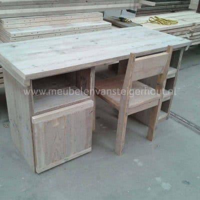 Kinderbureau van steigerhout jasmijn met 2 steigerhouten kasten. Een open blok en een kast met deur