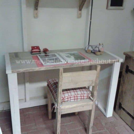 Simpel uitgeveord steigerhouten kinderbureau met 2 rechte zijkanten