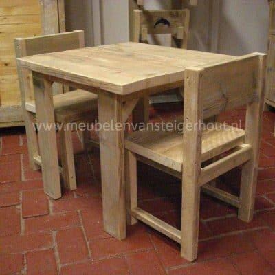 Kindertafel van steigerhout Julia in combinatie met steigerhouten kinderstoelen Milan