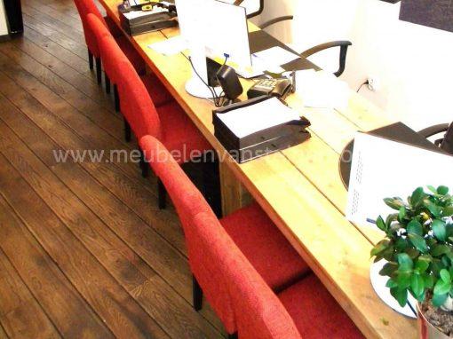 De computers zijn ingebouwd in de steigerhouten blokpoten van deze vergadertafel van steigerhout uit het gooi