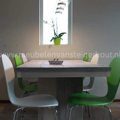 Tafel op kolommen gemaakt van steigerhout. Handige eettafel van steigerhout