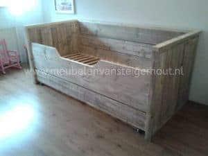 Steigerhouten kinderbed bedbank van steigerhout met kajuit
