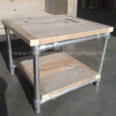 Salontafel van steigerhout met een steigerbuis frame of steigerbuizen onderstel