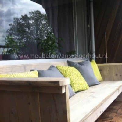 Elegante loungebank van steigerhout. Mooi voor op het balkon door de luchtige uitstraling.