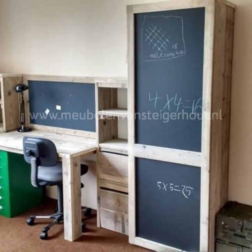 Kast van steigerhout met schoolborddeur