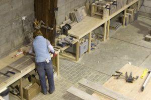 Bij meubelen van steigerhout het gooi worden de meubelen door een vrouw gemaakt