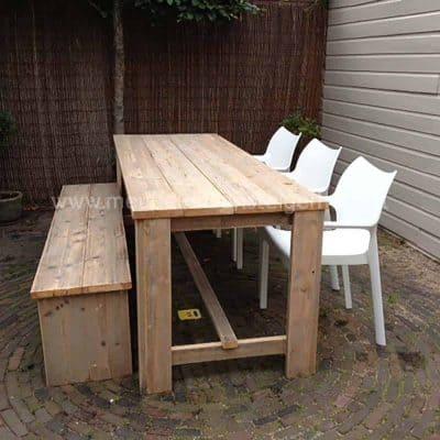 Deze tuintafel van steigerhout lijkt heel erg op het model kloostertafel. Super voor buiten