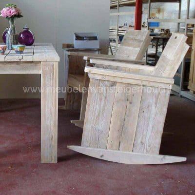 Schommelstoel van steigerhout met arm en rugleuning