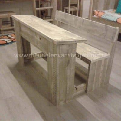 Schoolbank van steigerhout model old school met klep. De bank zit vast aan de tafel