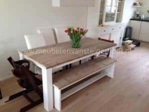 Tafel van steigerhout met wit onderstel. Mooie frisse tafel door de witte poten