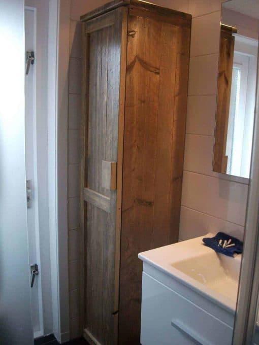 Badkamerkast gebruikt steigerhout type 4. Kwaliteitskast met een deur en vakken. Maatwerk kast