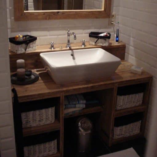 Badkamermeubel steigerhout met verhoging voor kranen. In het midden ruimte voor de voeten en veel opbergruimte
