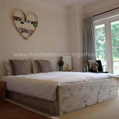 Dit steigerhouten bed is 40 cm hoog. Eenvoud siert. Maatwerk.