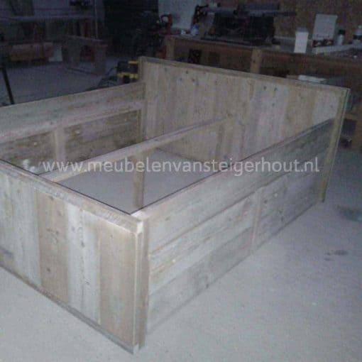 Steigerhouten bed met 4 kleppen om onder het bed op te kunnen ruimen