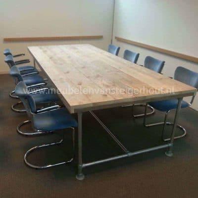 Vergadertafel van steigerhout met steigerbuizen frame onderstel