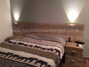 Steigerhouten wand voor achter het bed