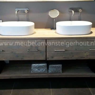 Steigerhouten badkamermeubel met 2 hoge laden en een onderplank