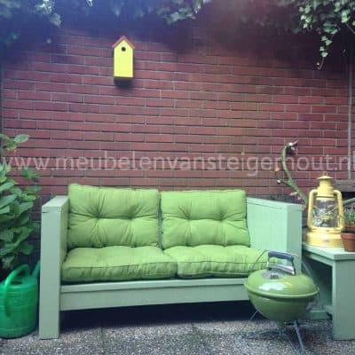 Kleine loungebank van steigerhout voor in de stadstuin