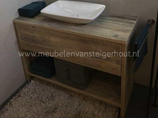Badkamermeubel gemaakt van steigerhout met lade en onderplank