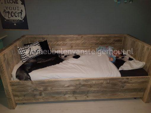 Tienerbed steigerhout chillen op de bedbank
