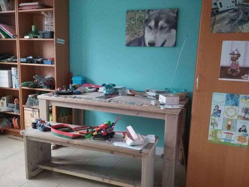 Steigerhouten bureautafel. Een simpel model kinderbureau op basis van een tafel.