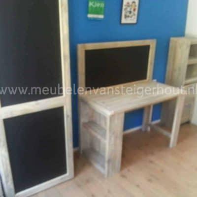 Kledingkast van steigerhout met schoolbord in combinatie met kinderbureau van steigerhout. Heel veel bergruimte