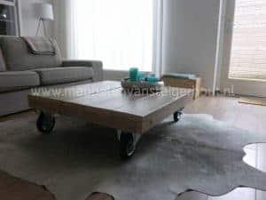 Steigerhouten salontafel op grote wielen, model design