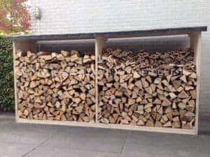 Het houthok van steigerhout voor de opslag van haardblokken