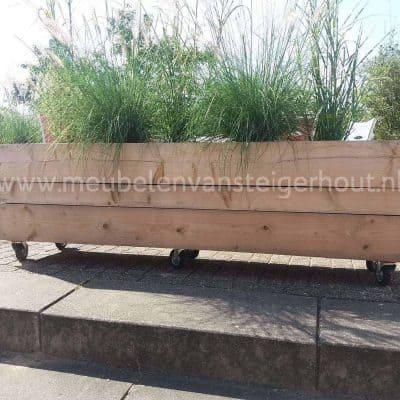 Plantenbak van steigerhout op wielen