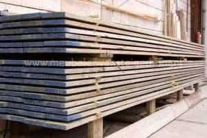 Stapel planken gebruikt steigerhout voor het maken van steigerhouten meubelen