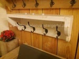 Kapstok van steigerhout whitewash met 4 haken. Voor aan de wand
