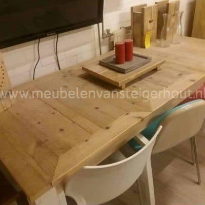 Tafel van steigerhout met het blad 3 keer in verstek. Wit onderstel, dichte blokpoot