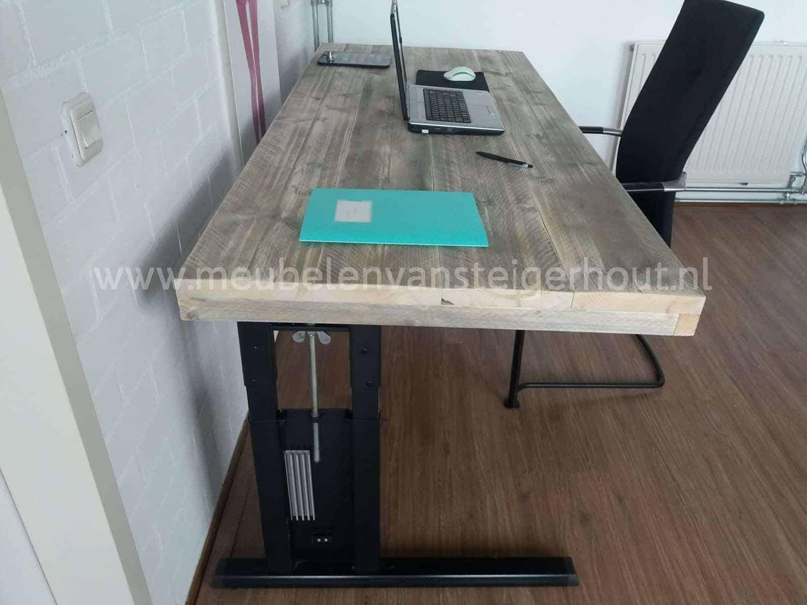 Steigerhouten bureau met stalen onderstel meubelen van for Steigerhout bureau