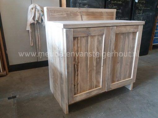 Badkast van steigerhout met verhoging voor de kranen