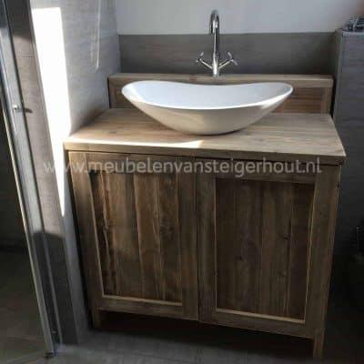 Badkamermeubel van steigerhout met 2 deuren en verhoging voor de kranen