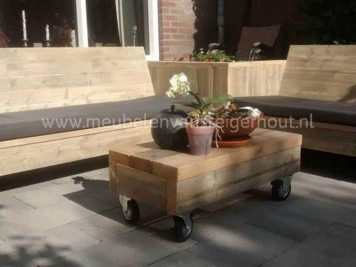 Hocker van sloophout baddingdelen van steigerhout op wielen