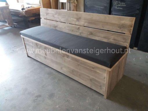 Klepbank van steigerhout met rugleuning voor aan de tafel
