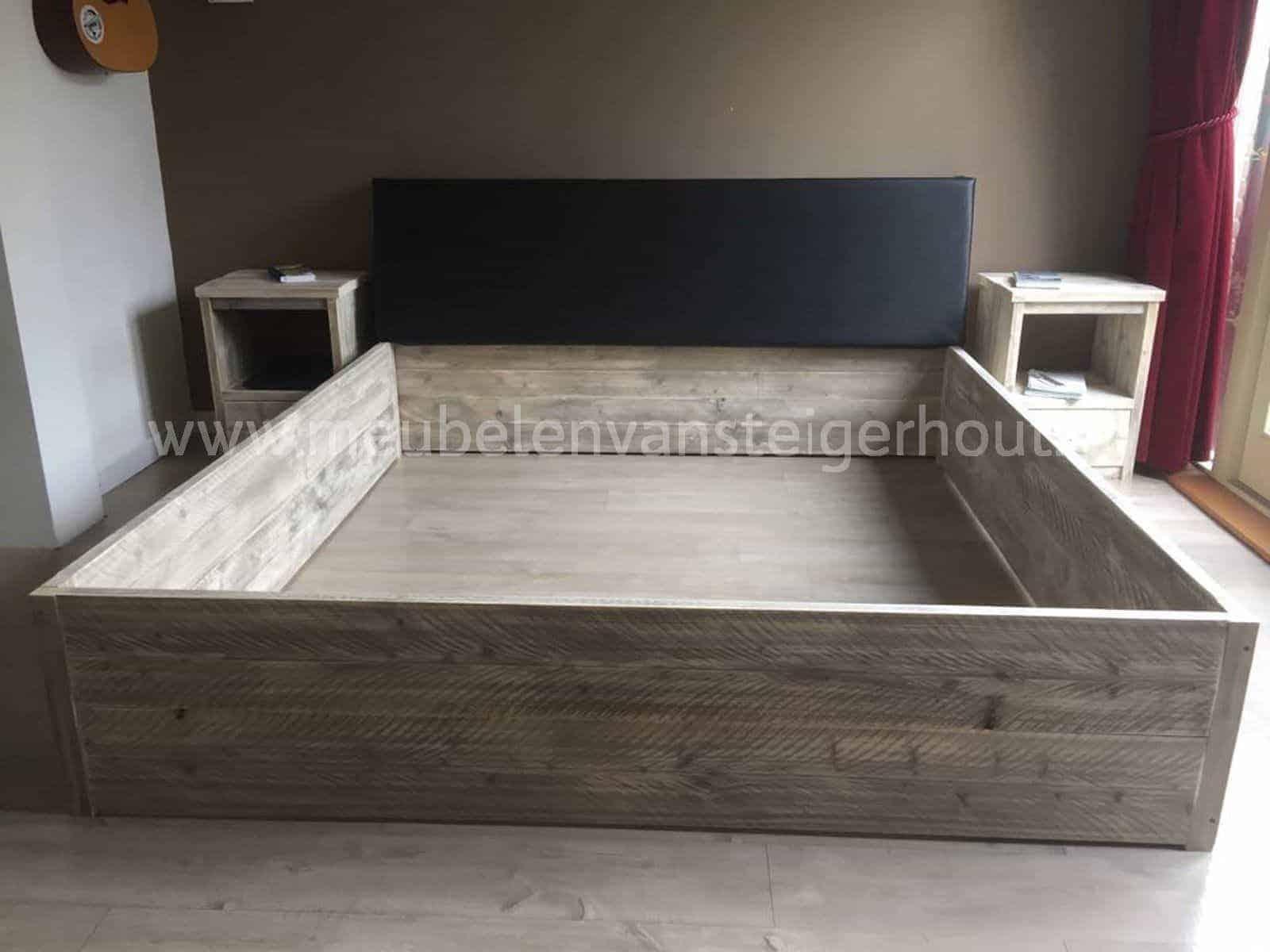 Bed steigerhout met verhoogd hoofdeinde meubelen van for Bed van steigerhout maken