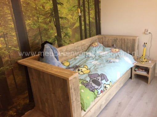 Kinderbed steigerhout met breed hoofdboard