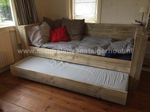 Steigerhouten bedbank met ingebouwd nachtkastje
