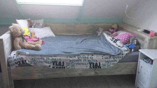 Bedbank van steigerhout met brede plank op het hoofdeinde
