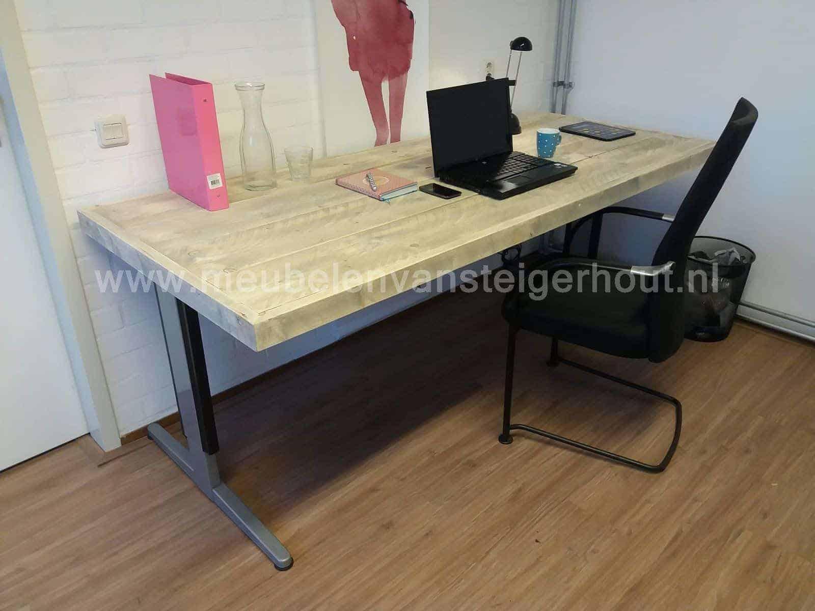 Steigerhouten bureau in hoogte instelbaar meubelen van for Bureau for sale near me