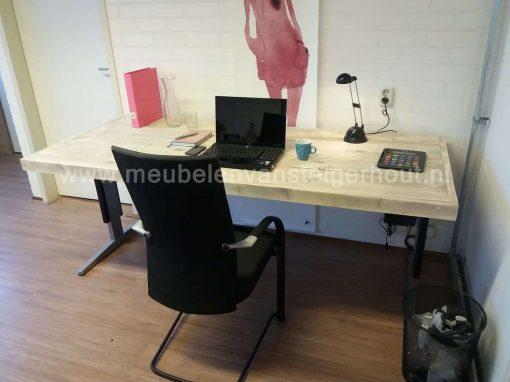 Bureau met steigerhouten bureaublad met in hoogte instelbaar onderstel