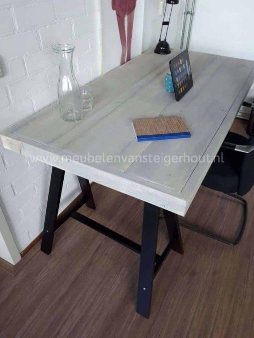Steigerhouten bureau op schragen greywash
