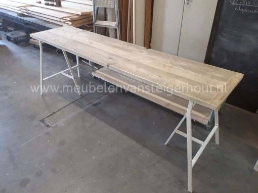 Steigerhout bureau metalen schragen