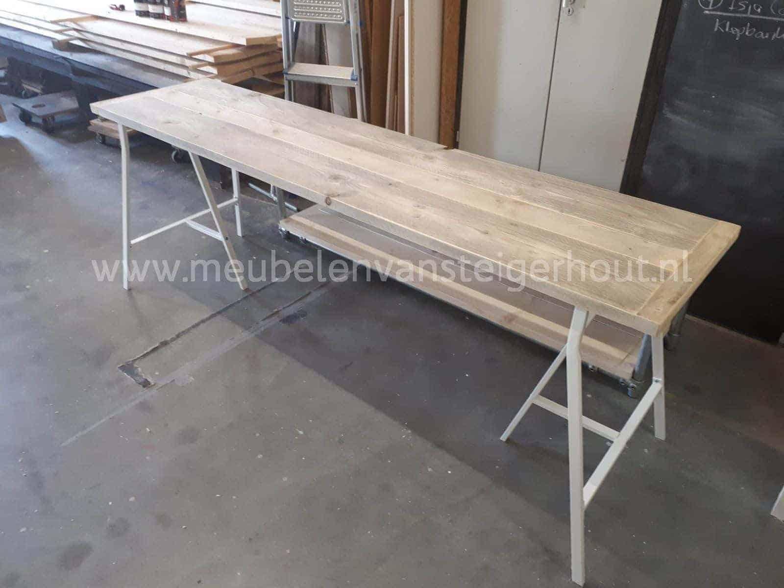 Houten Schragen Voor Bureau.Steigerhouten Bureau Op Metalen Schragen Meubelen Van Steigerhout