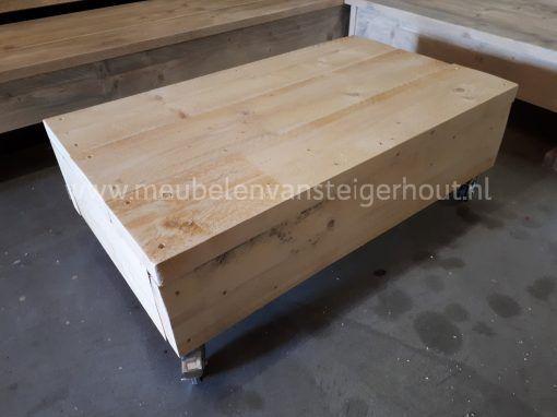 Steigerhout hocker met dikke planken en wielen4